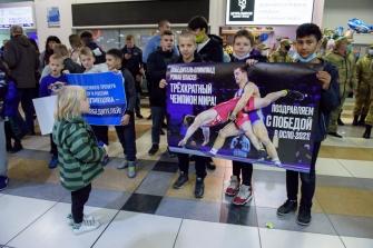 Встреча Романа Власова в аэропорту Толмачёво (Новосибирск) с чемпионата мира-2021 (13.10.2021)_2