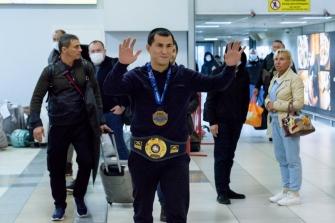 Встреча Романа Власова в аэропорту Толмачёво (Новосибирск) с чемпионата мира-2021 (13.10.2021)_7